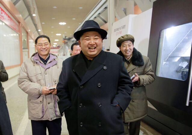 Líder norte-coreano Kim Jong-un inspeciona um planta na província de Pyongan, Coreia do Norte, 20 de dezembro de 2015