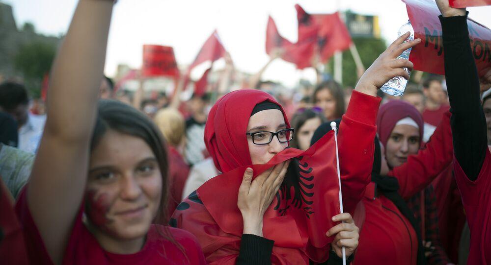 Manifestantes albaneses em Skopje, Macedônia, junho de 2015