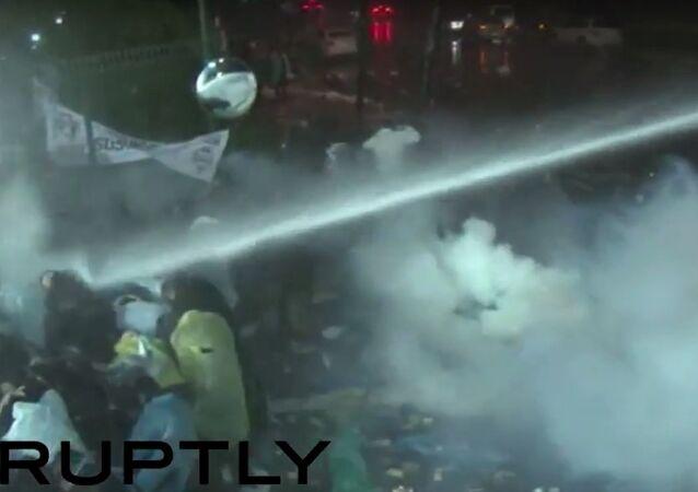 Polícia turca invade jornal Zaman em Istambul