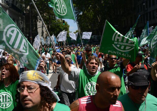 Trabalhadores argentinos protestam em Buenos Aires.