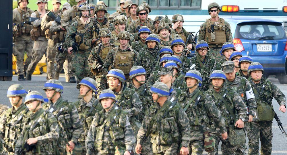 Militares sul-coreanos e norte-americanos durante exercícios militares conjuntos da Coreia do Sul e EUA, cidade portuária de Pohang, Coreia do Sul, 7 de março de 2016