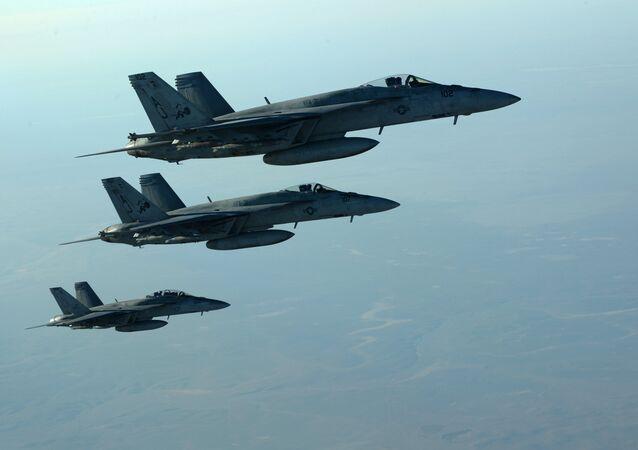 Aviões militares norte-americanos F-18E Super Hornets no céu do Iraque, setembro de 2014