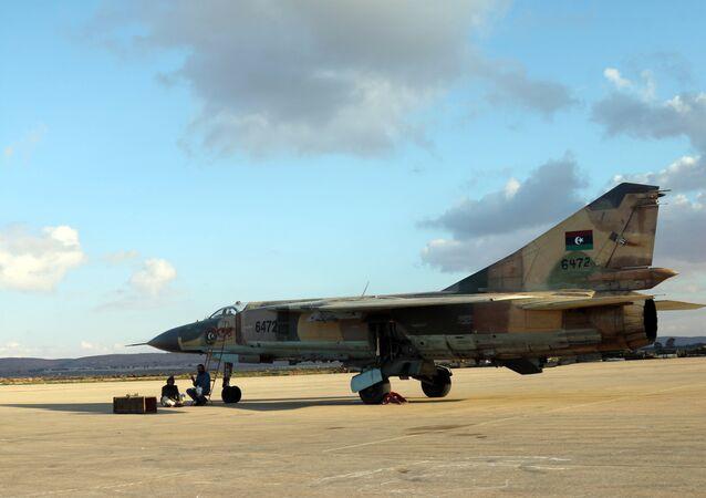 Um avião das forças governamentais (do governo reconhecido pela comunidade internacional) na base aérea de Benina em dezembro de 2015