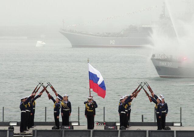 Efetivos da Marinha russo durante a celebração do  aniversário da Frota do mar Negro em Savastopol