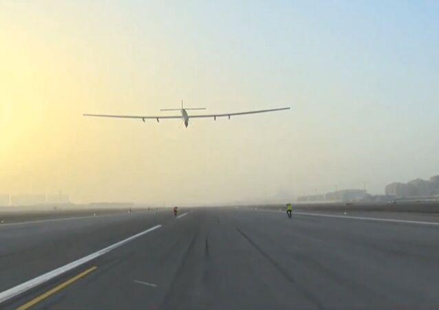 Avião movido a energia solar faz sua primeira escala