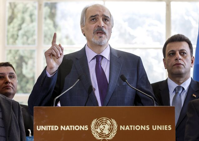 Bashar al-Jaafari fala na sede das Nações Unidas em Genebra depois do seu encontro com Staffan de Mistura, em 14 de março de 2016