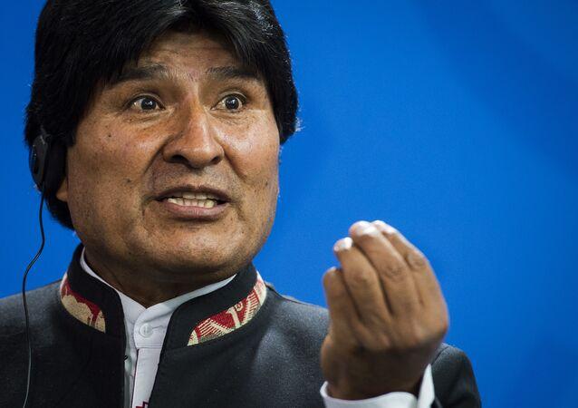 Presidente bolivariano Evo Morales durante a conferência de imprensa em conjunto com a chanceler alemã Angela Merkel, Berlim, Alemanha, 4 de novembro de 2015