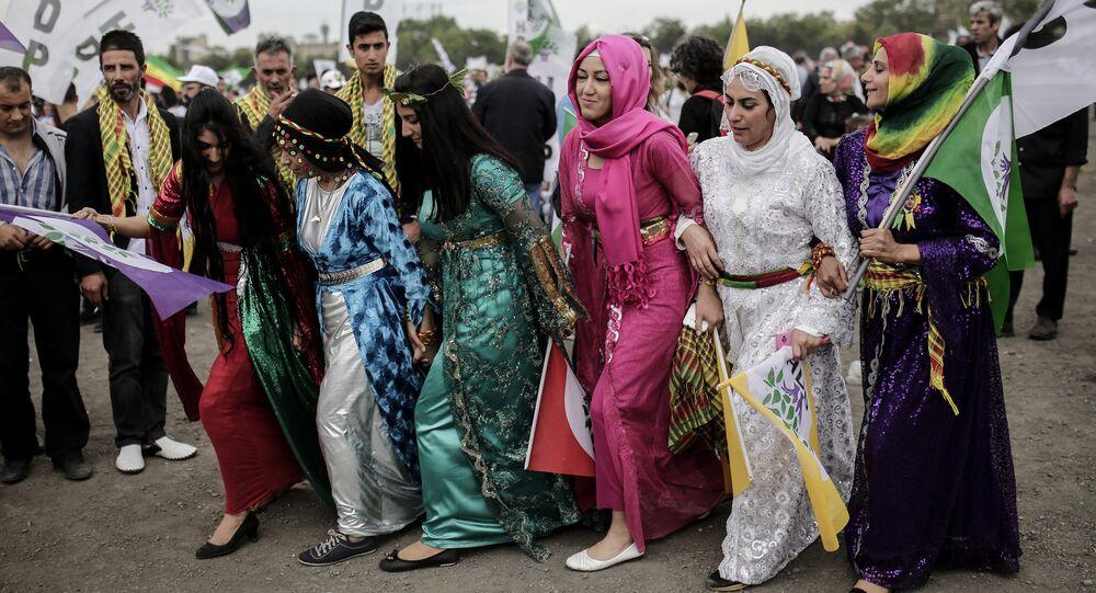 Mulheres muçulmanas dançam em Istambul, Turquia, 30 de maio de 2015