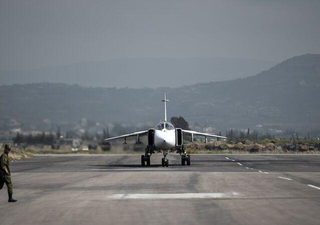 Bombardeiro polivalente russo Su-24 sendo preparado para partir da base aérea de Hmeymim, na província síria de Latakia, Síria (foto de arquivo)