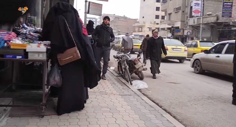 Usando câmeras escondidas, duas mulheres filmam vida em Raqqa