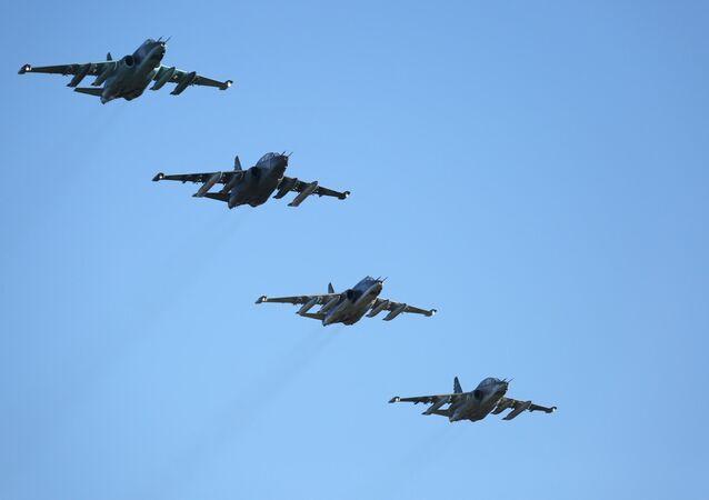 Aviões de assalto russos Su-25 que regressaram para a Rússia da base aérea de Hmeymim na Síria, Primorsk-Ahtarsk, Rússia, 17 de março de 2016