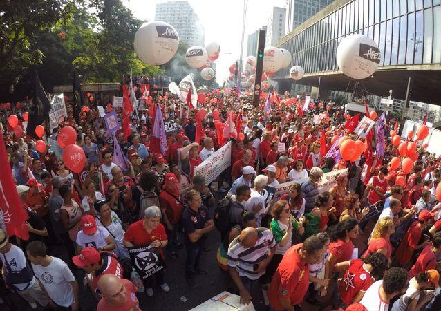 Manifestantes se concentram no vão livre do MASP, na Avenida Paulista, em São Paulo, para ato em defesa do governo eleito da presidenta Dilma Rousseff