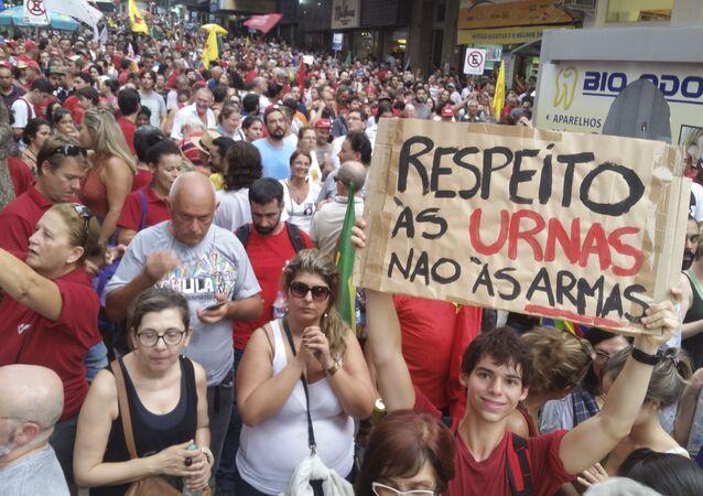 Porto Alegre - Manifestantes vão às ruas em ato contra o impeachment