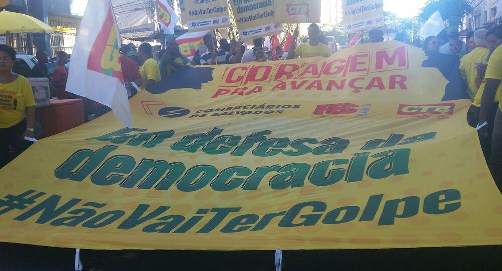 Militantes, estudantes, centrais sindicais e movimentos sociais da Bahia realizam um ato contra o impeachment em Salvador