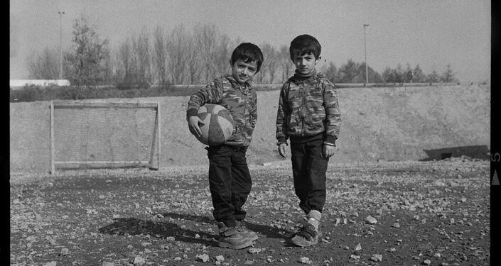 Pequenos refugiados pretendem jogar futebol no Linière, Grande-Synthe, França