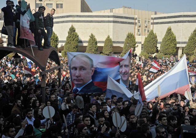 Estudantes da Universidade Al-Baath em manifestação a favor da operação militar russa na Síria