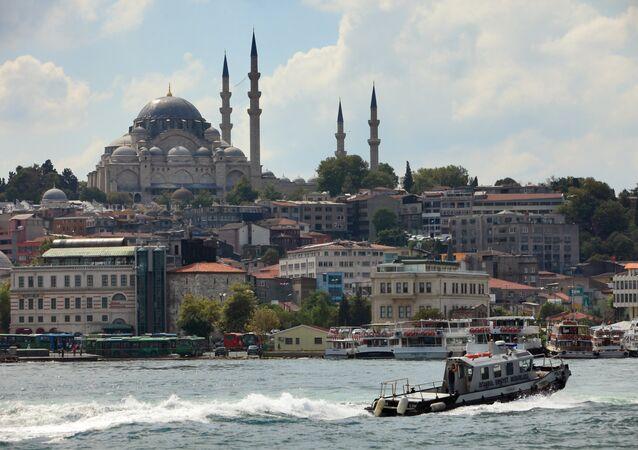 Vista da Mesquita Azul no Estreito de Bósforo, em Istambul