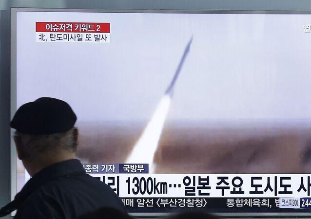 Homem em Seul vê programa de televisão que mostra lançamento de míssil realizado pela Coreia do Norte (foto de arquivo)