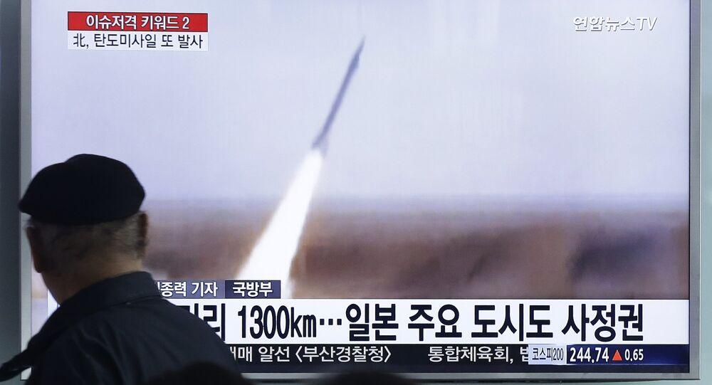 Homem em Seul vê programa de televisão que mostra lançamento de míssil realizado pela Coreia do Norte,