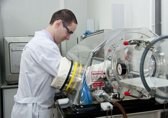 Um membro da equipe de pesquisa trabalhando com o equipamento experimental