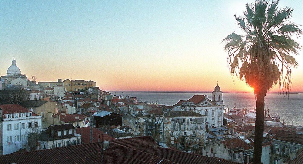 O Sol nasce no bairro de Alfama, em Lisboa, em 25 de fevereiro de 1998