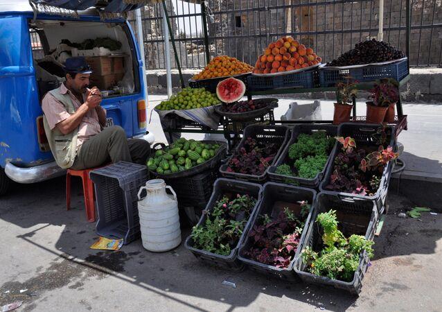 Um morador de Damasco vende frutas na rua