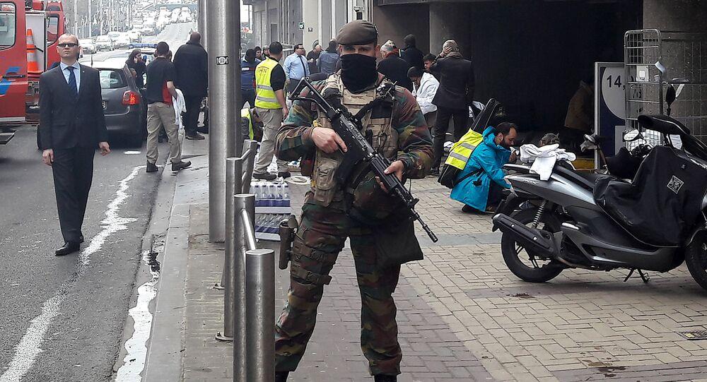 Soldado belga fora de estação de metrô de Maelbeek no centro de Bruxelas, Bélgica, 22 de março de 2016