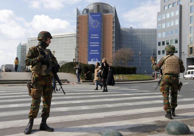 Soldados belgas fazem cerco à sede da Comissão Europeia após atentados de Bruxelas