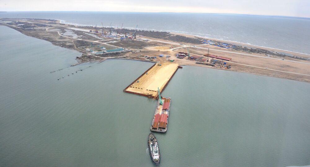 A construção da ponte que ligará a península de Crimeia e a região de Krasnodar através do estreito de Kerch, ilha Tuzla, Rússia, 18 de março de 2016