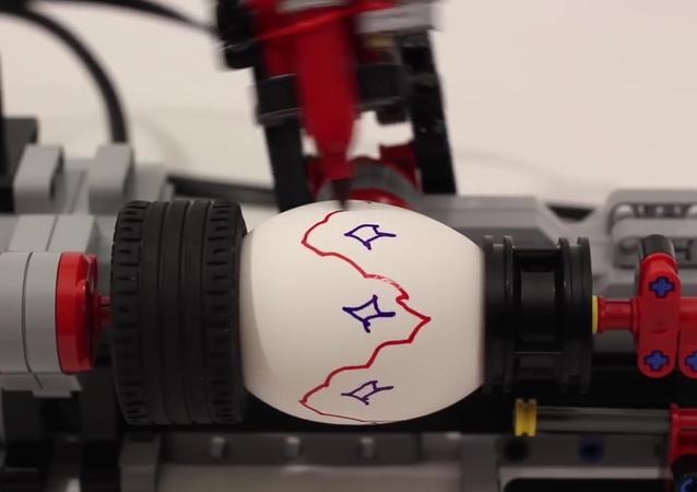 Máquina para decoração de ovos feita com peças de construtor LEGO
