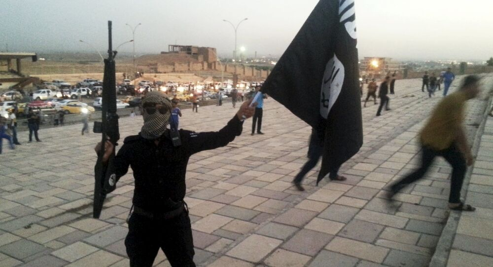 Jihadista segura a bandeira do Daesh
