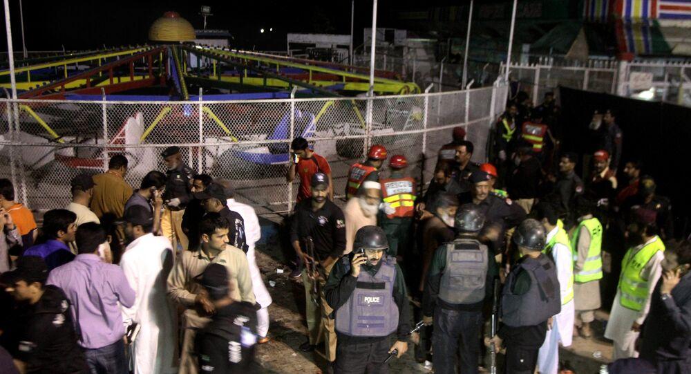 Policiais e serviços de emergência em local de explosão em Lahore, Paquistão