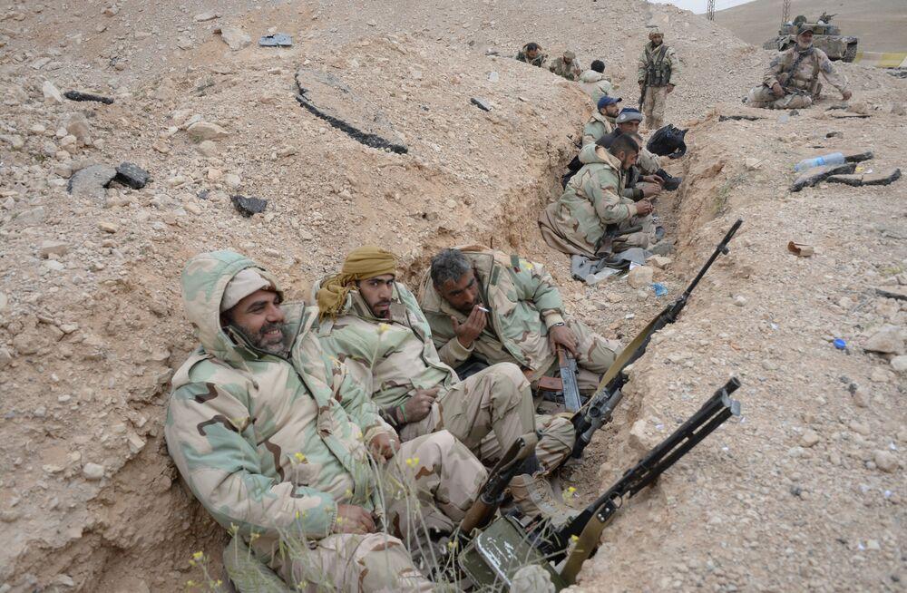 Um grupo de soldados descansa em uma pausa entre os combates em Palmira