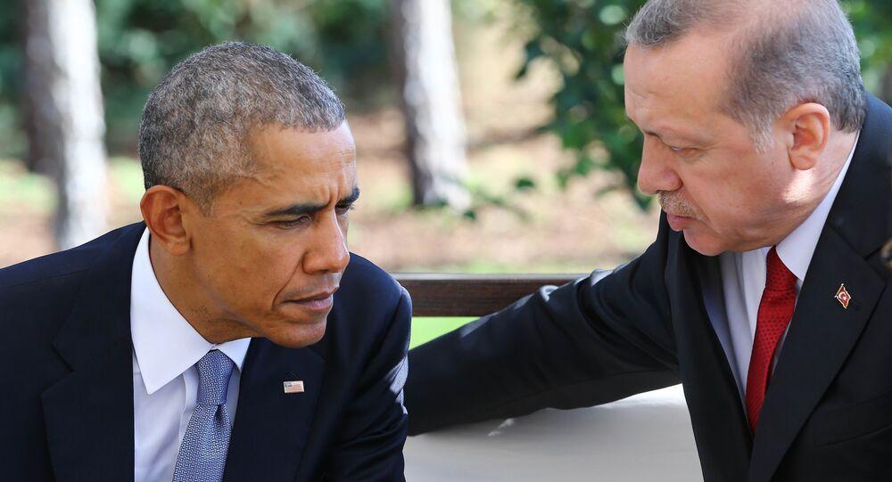 Presidente norte-americano Barack Obama fala com o presidente turco Recep Tayyip Erdogan durante o encontro bilateral nas margems da cúpula do G20 em Antália, Turquia, 15 de novembro de 2015