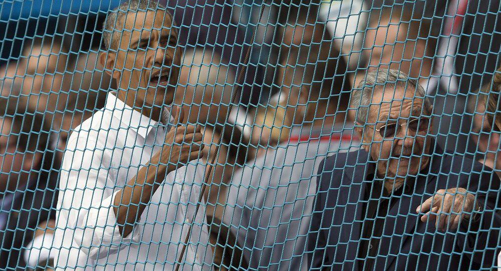 Durante a sua visita a Cuba, Barack Obama assistiu a um jogo de beisebol da equipe Tampa Bay, da Flórida. Nesta foto de 22 de março, ele fala, antes do início do partido, com o seu colega cubano, Raúl Castro