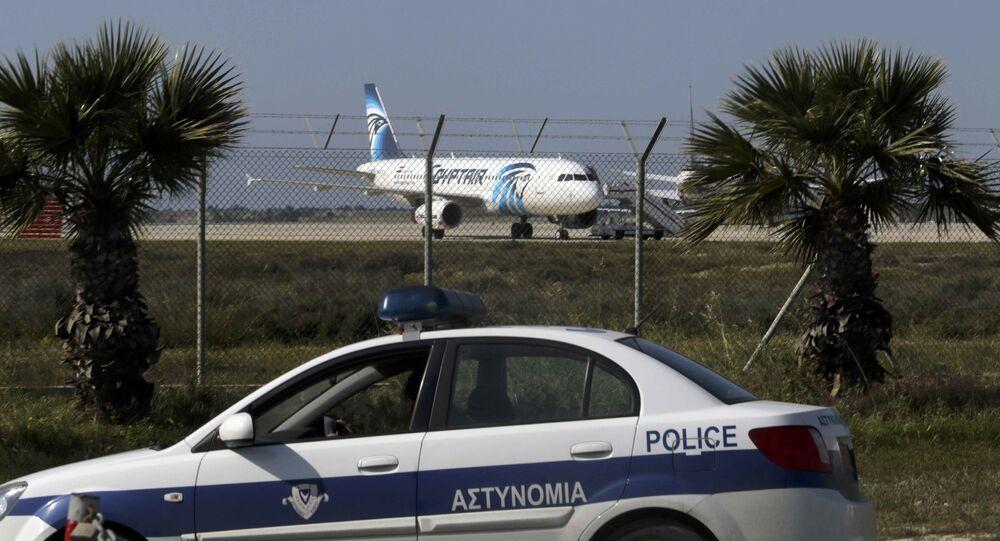 Um carro da polícia cipriota está na frente do aeroporto de Larnaka, acompanhando a situação com o A320 da EgyptAir, em 29 de março de 2016