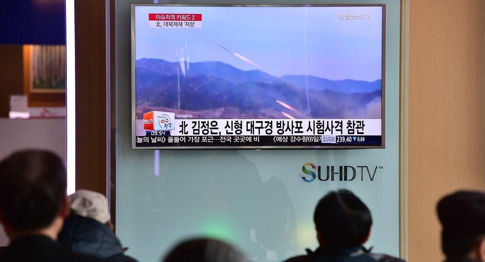 Sul-coreanos vêem programa de televisão que mostra lançamento de míssil realizado pela Coreia do Norte, Seul, Coreia do Sul, 4 de março de 2016