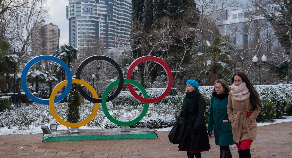 Habitantes de Sochi perto do símbolo dos Jogos Olímpicos em um dos parques da cidade de Sochi (foto de arquivo)