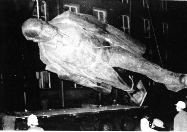 Trabalhadores em meio de remover uma estátua gigante de Vladimir Lenin na cidade polonesa de Nowa Huta perto de Cracóvia. (Foto de arquivo. 11 de dezembro, 1989)