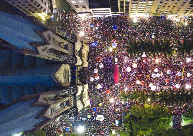 Manifestantes realizam ato pela democracia, na praça da Sé, no centro de São Paulo