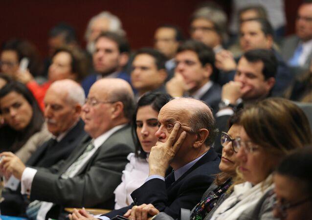 José Serra, à direita do centro na foto, acompanha um discurso na conferência que reuniu professores portugueses e políticos brasileiros em Lisboa