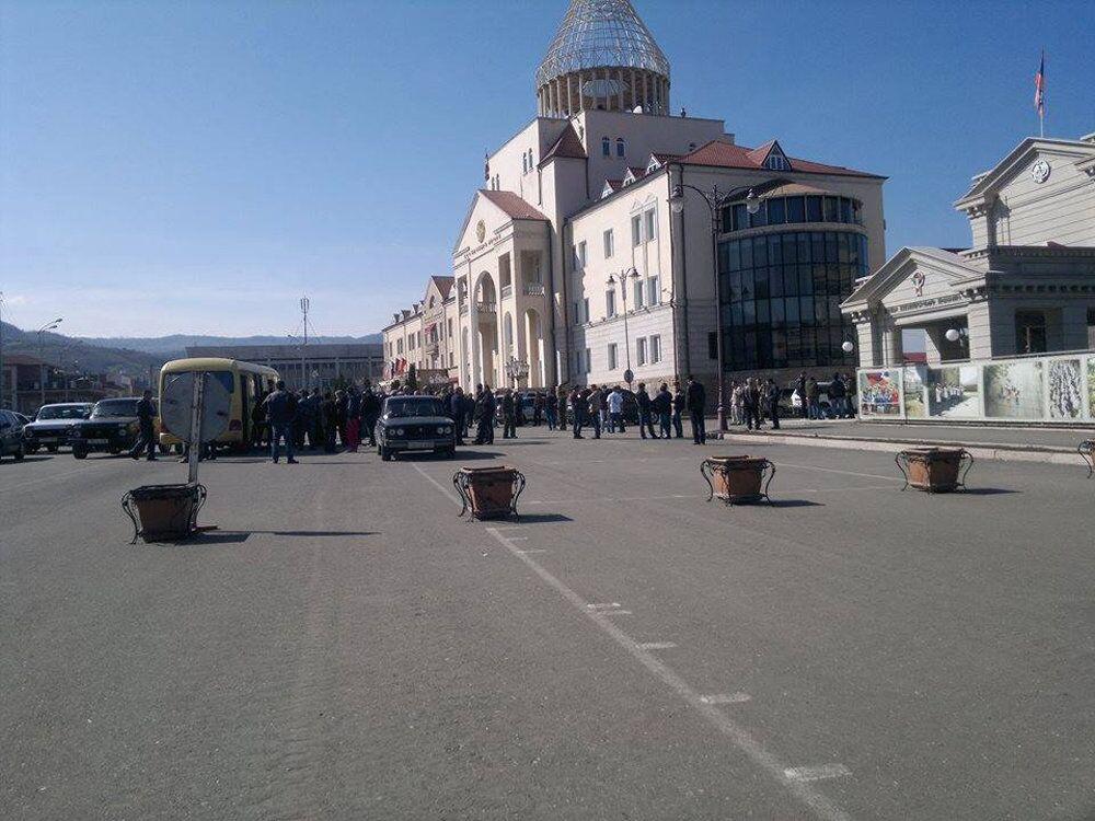 Depois do anúncio da nova fase do conflito, voluntários começaram a se reunir na praça central de Stepanakert
