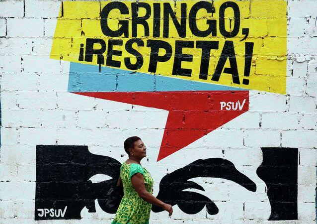 Parede de casa em Caracas com inscrição Gringo, nos respeite!