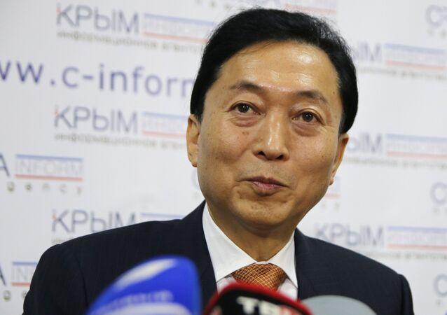 Ex-premier japonês, Yukio Hatoyama, durante coletiva de imprensa em Simferopol, na Crimeia
