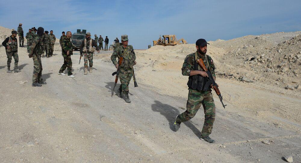 Soldados do Exército governamental e milícias da Síria nos arredores de Al Qaryatayn, na província de Homs, Síria, 3 de abril de 2016