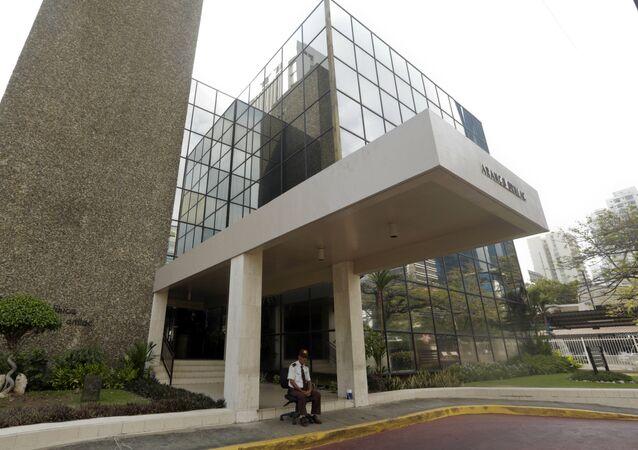 Um segurança está sentado na entrada da sede da Mossack Fonseca, na Cidade do Panamá