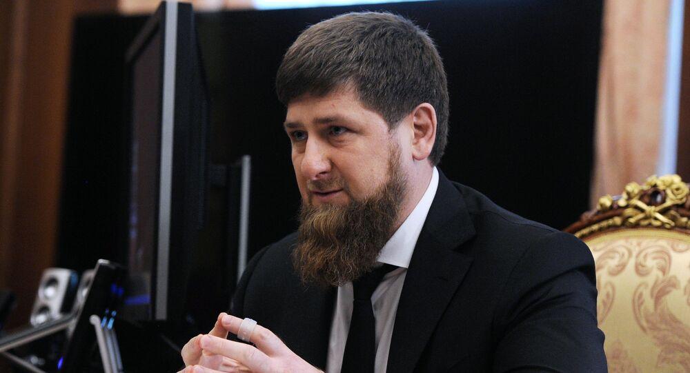 O líder da República de Chechênia Ramzan Kadyrov durante o encontro com o presidente russo em Kremlin, Moscou, Rússia, 25 de março de 2016