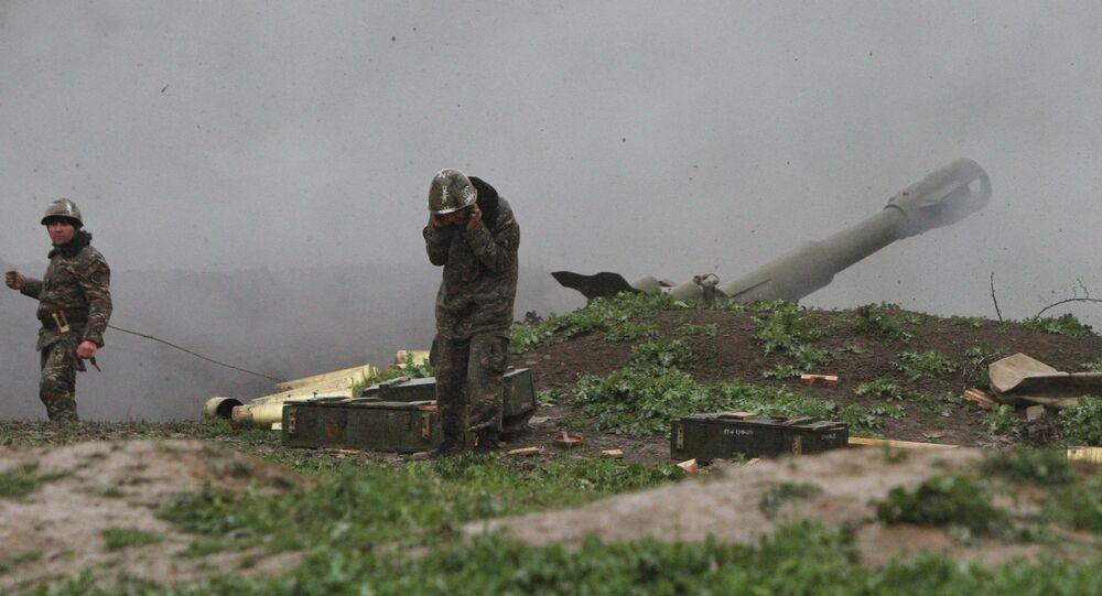 Soldado do exêrcito da autoproclamada República de Nagorno-Karabakh bombardeia posições inimigas no dia 3 de abril