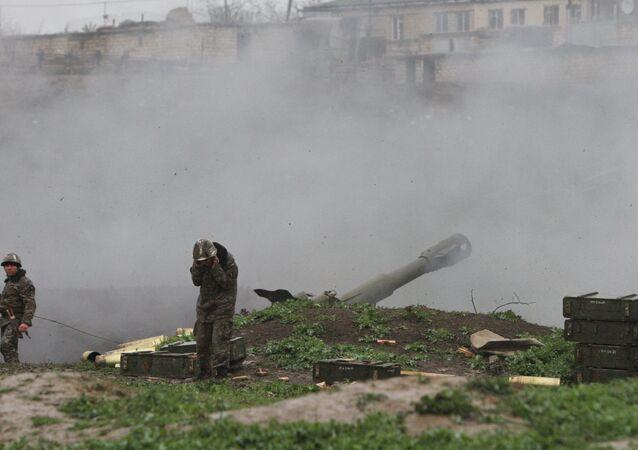 Soldado do exército da autoproclamada República de Nagorno-Karabakh bombardeia posições inimigas em 3 de abril de 2016