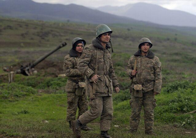 Militares na povoação de Madagis, na zona de conflito em torno de Nagorno-Karabakh; abril de 2016